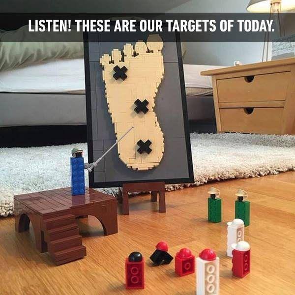 Bild von Lego-Soldaten, die eine Attacke auf die Füße von Menschen planen.