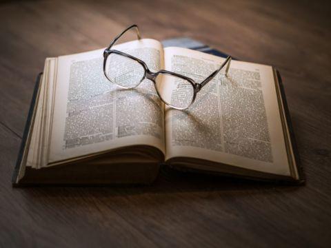 Buch mit Brille zum Studium bzw. Studie